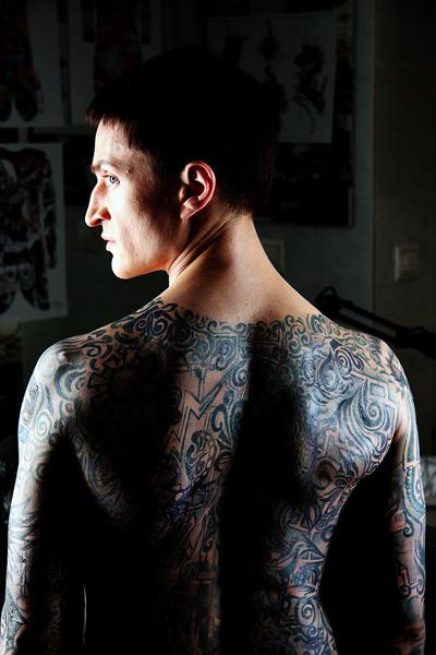 Для каждой съемки Юрию Чурсину «рисуют» тату с планом тюрьмы одновременно пять человек, у которых уходит на это 6 часов.