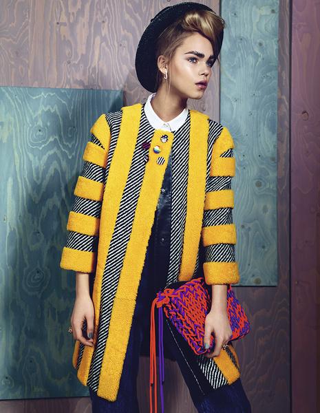 Пальто из шерсти, Fendi; рубашка из хлопка, Cos; брюки из денима, Marques'Almeida; шляпа, Dsquared²; сумка, Roksanda Ilincic