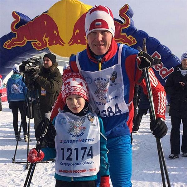 Биатлонист Сергей Чепиков с дочкой Дашей, фото