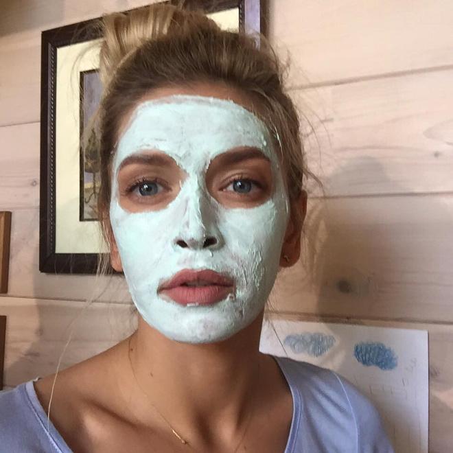 Вера Брежнева в маске фото