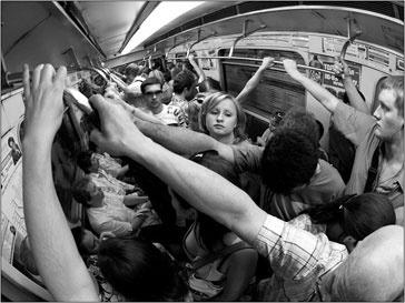 Толпа в метро в час пик