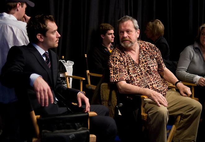 Джуд Лоу и режиссер Терри Гиллиам на съемках фильма «Воображариум Доктора Парнаса».