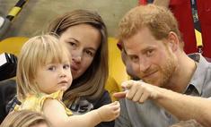 Милота дня: принц Гарри играет с ребенком на стадионе
