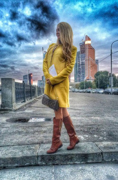 Дарья Пынзарь в желтом пальто