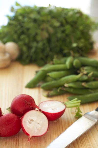 Не выбрасывайте ботву. Листья редиски можно добавить в овощной салат, а из ботвы свеклы – сварить вкусную ботвинью.