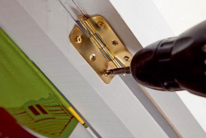 Между собой все три створки соединяют дверными петлями, причем так, чтобы каждая могла поворачиваться на 180° относительно соседней.