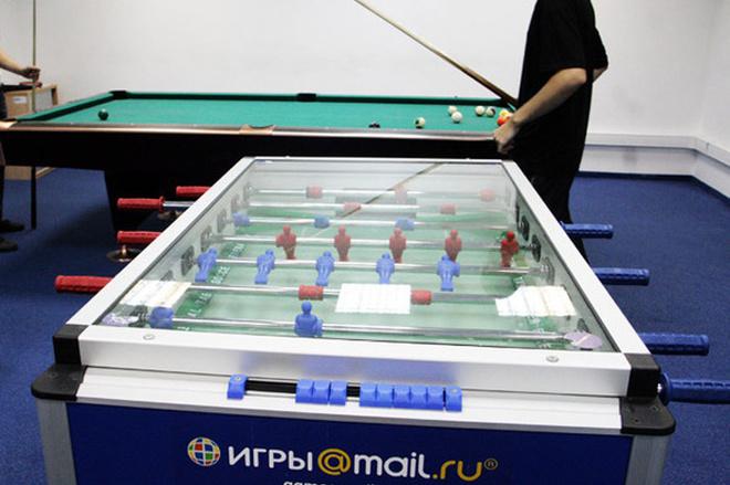 Кроме компьютерных игр во время перерыва сотрудники могут сыграть пару партий в бильярд или настольный футбол.