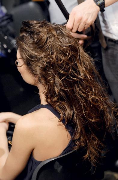 3. Придайте волосам блеск с помощью воска.