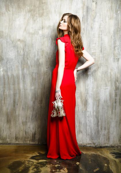 Платье, Poustovit, 29 070 руб.; туфли, Jimmy Choo, 35 440 руб.; браслет, Oxette, 17 280 руб.