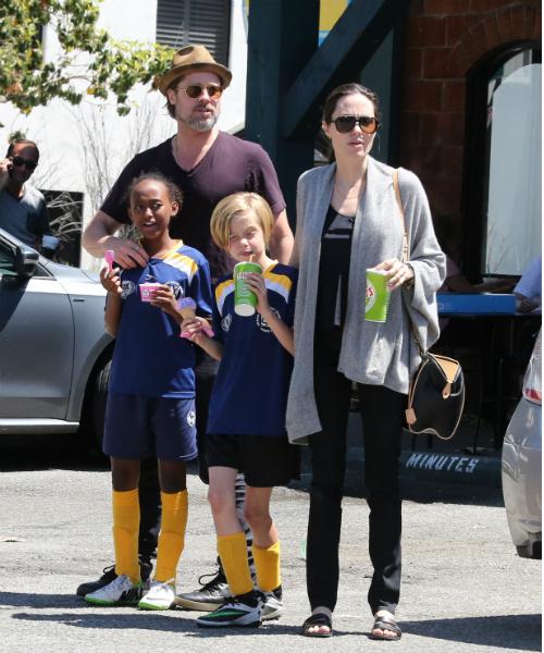 Брэд Питт, Анджелина Джоли и двое из шести их детей