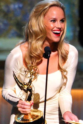 Актриса Джули Берман принимает Эмми за лучшую молодую актрису сериала. Берман играет одну из главных ролей в сериале «Больница»