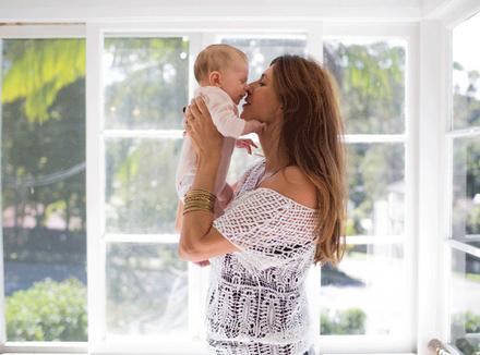 Новорожденная девочка с мамой