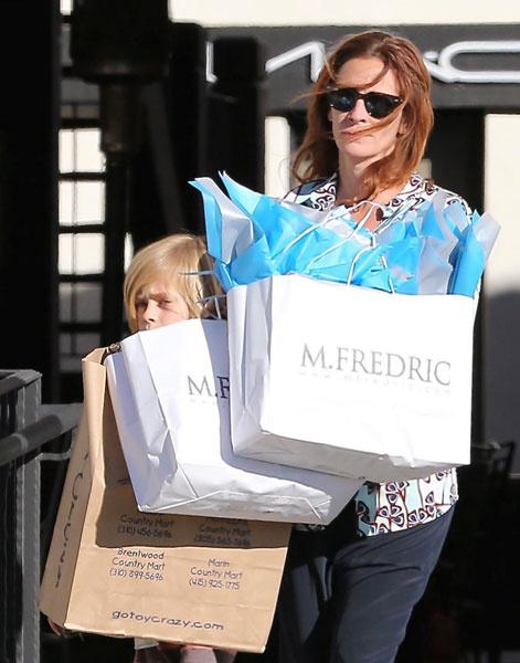 Джулия Робертс с сыном Генри во время шопинга