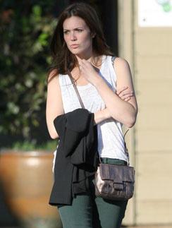 Мэнди Мур (Mandy Moore) выбрала сумку из металлизированной кожи