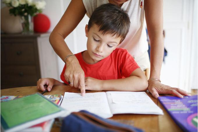 Мальчик делает уроки с мамой