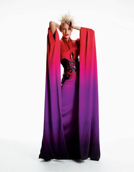 Alexander McQueen. Полное драматизма платье-кимоно с цветовым эффектом «деграде» заставит вас застыть у витрины. Платье из шелка, корсет из кожи и органзы, все — Alexander McQieen.