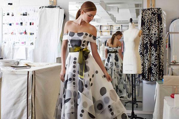 Платье, созданное в честь аромата Carolina Herrera de Baez