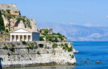 Архитектурные ансамбли на Корфу, если приглядеться поближе, могут оказаться обычными отелями.