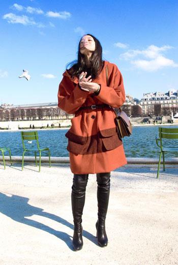Высокие кожаные ботфорты, пальто с широкой горизонтальной полосой, придающей модели налет винтажа, аккуратная сумочка с длинной ручкой через плечо – образ юной леди, имеющий элементы ретро, делает ее особенной, выделяя из толпы.