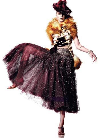 1999 Коллекция haute couture осень—зима. Джон Гальяно для Dior Куртка из телячьей кожи с воротником, отделанным мехом монгольского ягненка, юбка из шелковой ткани с вышивкой, шляпка из перьев, браслеты со стразами, комплект из браслета и кольца с медальонами, туфли без задника, расшитые жемчугом.