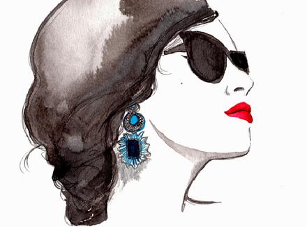 Красивая женщина в темных очках