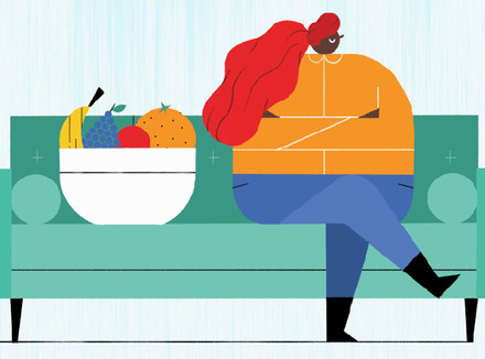 Полная женщина и корзина фруктов
