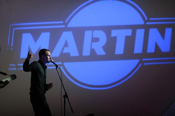 Игорь Верник выступает на террасе Martini