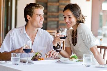 Начните свой обед с овощного салата, и не забывайте, что в вине тоже есть калории.