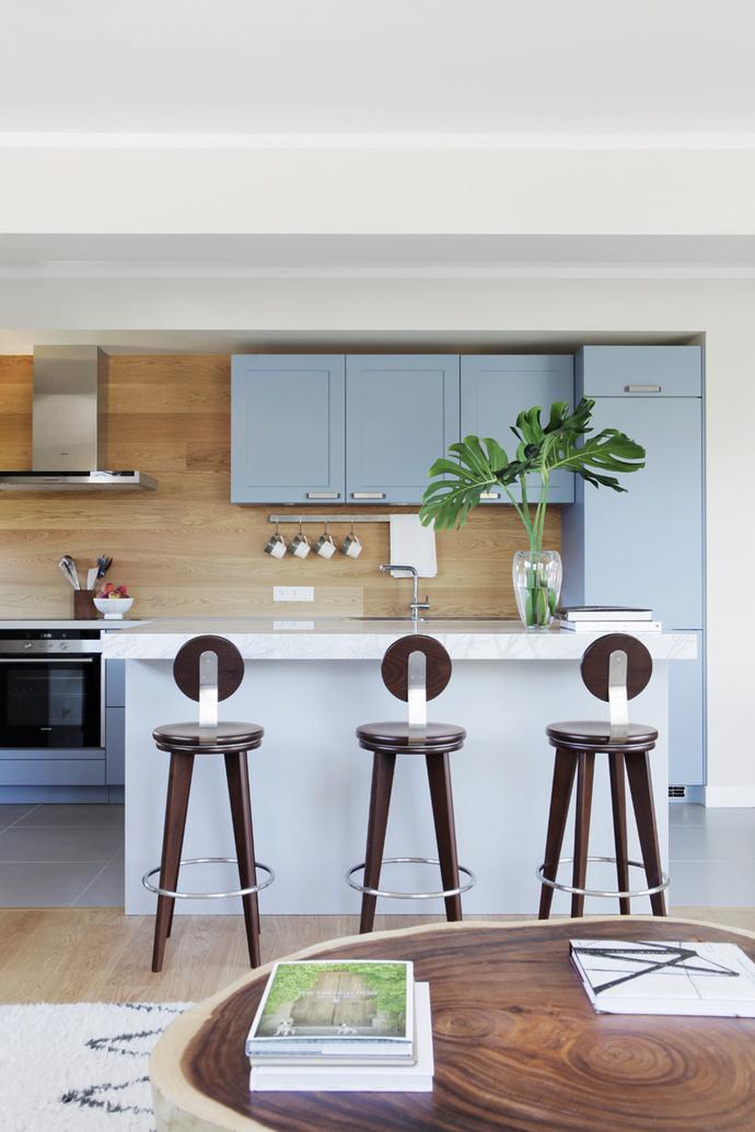 Кухня. На переднем плане — кофейный столик из массива акации, сделанный в Таиланде. Корпусная мебель, Haecker. Барные стулья Top Stool, Altura Furniture.