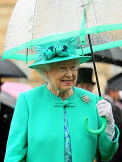 Елизавета II любит монохромные наряды. В этот раз ее выбор пал на бирюзовый