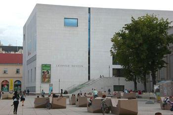 В Музее Леопольда находится одна из крупнейших коллекций современного австрийского изобразительного искусства – 5000 полотен, среди котрорых работы Эгона Шиле, Густава Климта, Оскара Кокошка, Фердинанда Вальдмюллера, Фридриха Гауэрмана.