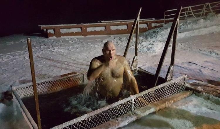 Николай Валуев окунулся в крещенскую купель в Красноярске