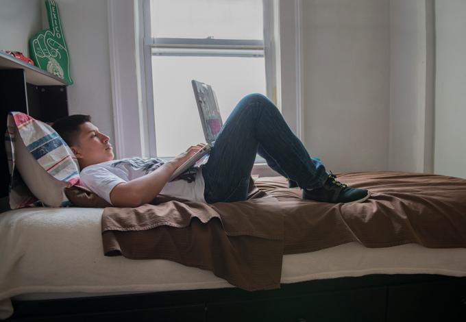 Подросток лежит на кровати