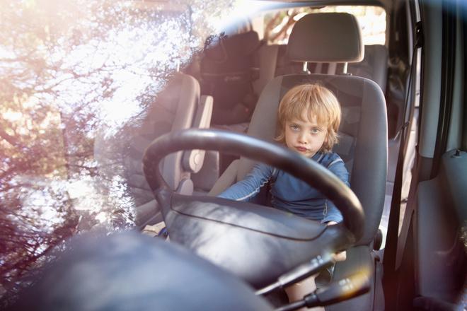 8-летний мальчик научился водить машину
