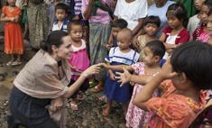 Брэд Питт запретил Джоли усыновлять троих сирот
