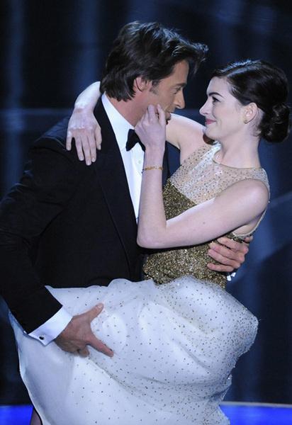 Дуэт ведущего шоу Хью Джекмана и актрисы Энн Хэтэуэй на сцене «Оскар»-2009