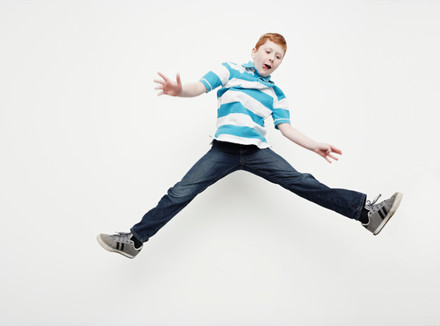 Прыгающий мальчик