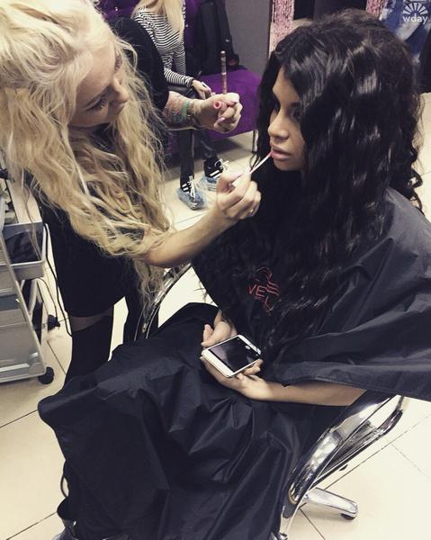 Алиане Гобозовой делают макияж