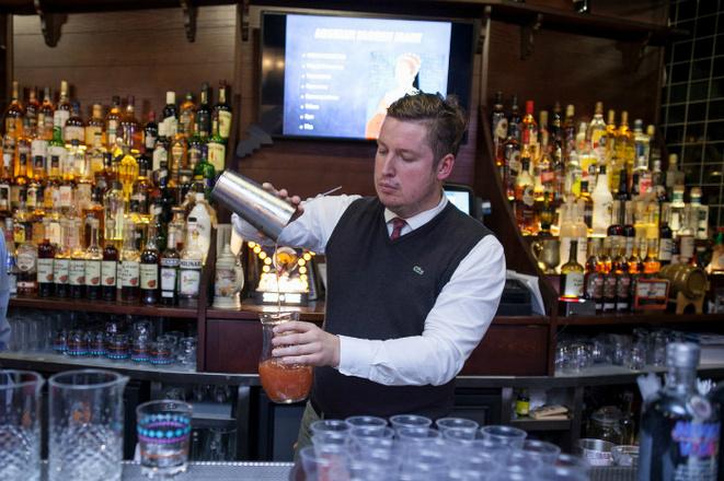 где учиться на бармена: