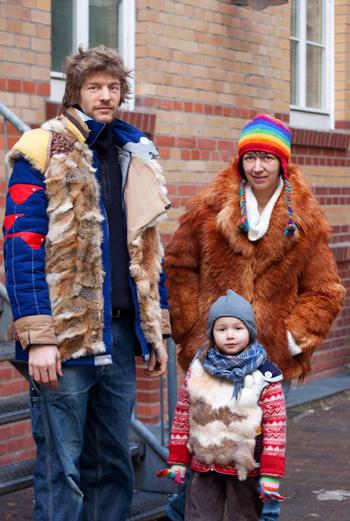 Меховые жилеты и шубка, перчатки ребенка, гармонирующие с шапкой его мамы, – эта жизнерадостная семья была замечена в Берлине.