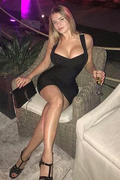 Русская Ким Кардашьян в черном платье