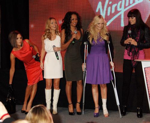 Spice Girls перед концертом в Лондоне. Эмма Бантон (вторая справа) с травмой и на костылях