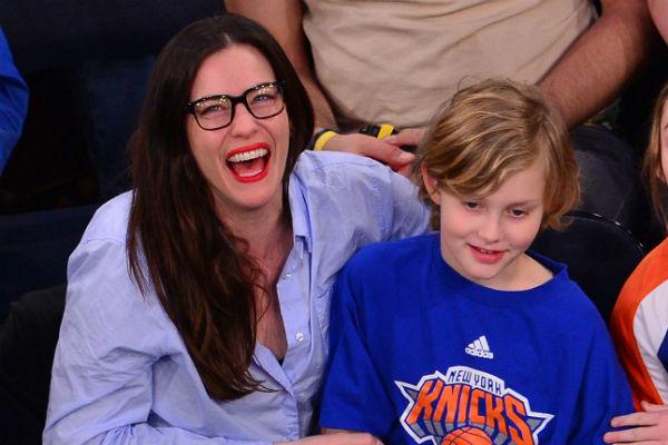 Лив Тайлер и ее сын Майло на матче по баскетболу