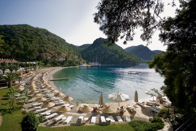 Если вы хотите тишины, то для вас, помимо главного пляжа, в отеле Hillside Beach Club есть еще два silent beaches – «бесшумных пляжа», куда не пускают с детьми и включенными мобильными.