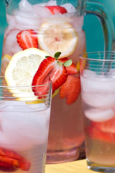 Восполнить утраченные вместе с потом витамины и микроэлементы нашему организму в жаркую погоду помогут сезонные фрукты, овощи и ягоды, соки, несладкие морсы, лимонады и компоты, травяные чаи и квас.