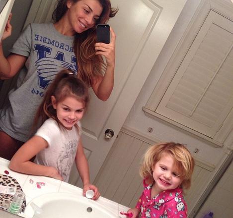 Анна дома с детьми