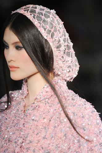 Сетка на волосы, напоминающая о костюмах Средневековья, Chanel.  Показать всю галерею.