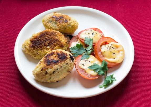 Рыбные крокеты, помидоры, запеченные с сыром