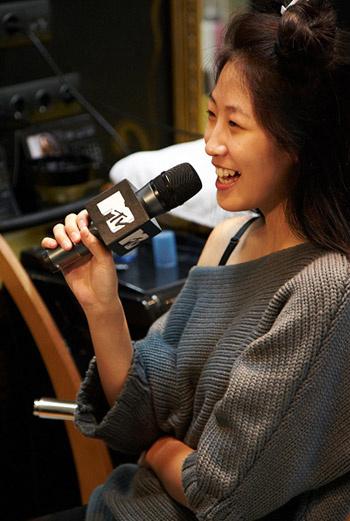 На репетиции образа для показа в качестве модели выступила телеведущая Оксана Ким.