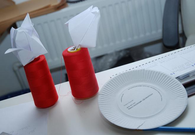 Еще одно творчество, возможно, от будущих дизайнеров - цветы оригами. Рядом - бумажная тарелка, которая является пригласительным на показ «Деликатесов» Dasha Gauser. Оригинально, свежо!